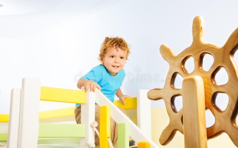 Due anni felici del bambino su un campo da giuoco fotografia stock libera da diritti