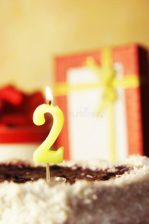 Due anni Torta di compleanno con la candela burning fotografia stock