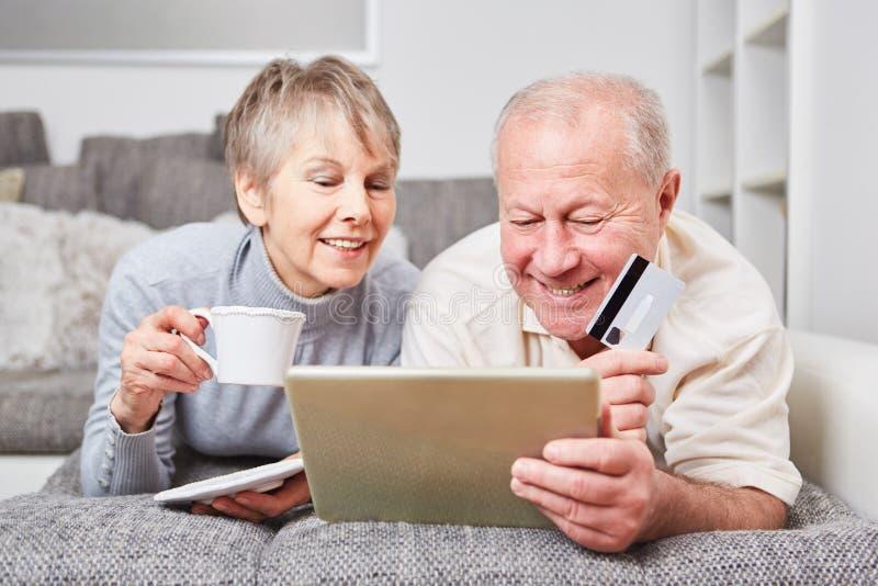 Due anziani che comperano online fotografia stock libera da diritti