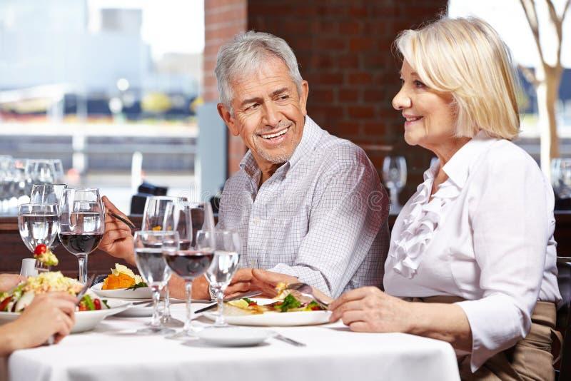 Due anziani che mangiano fuori fotografia stock