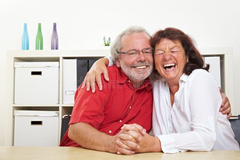Due anziani che ridono immagine stock