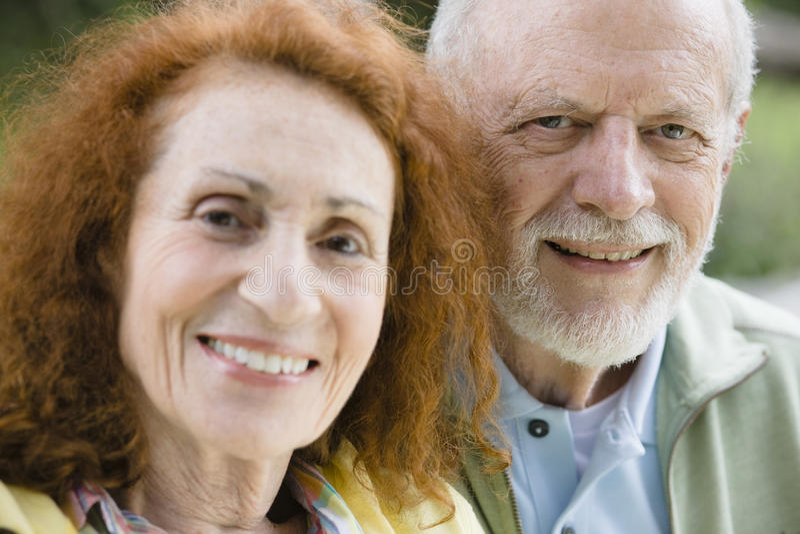 Due anziani sorridenti fotografia stock libera da diritti