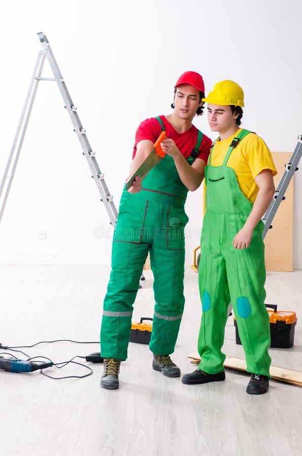 Due appaltatori dei lavoratori che lavorano all'interno fotografia stock