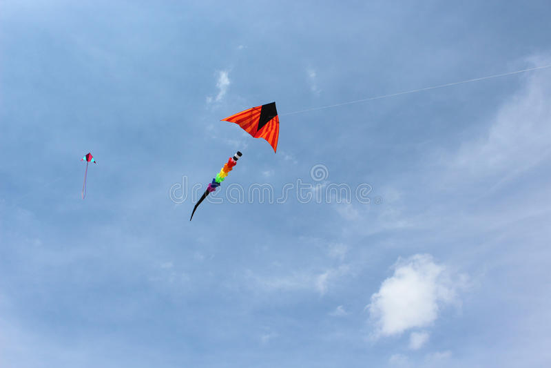 Due aquiloni in un cielo blu immagine stock libera da diritti