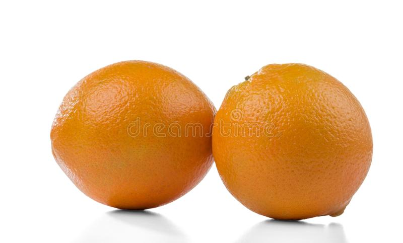 Due aranci maturi isolati su bianco fotografia stock