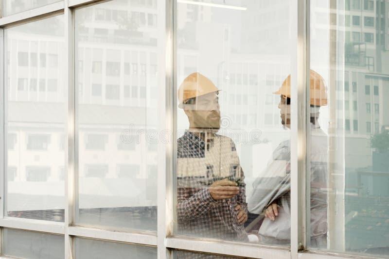 Due architetti che lavorano all'ufficio fotografie stock