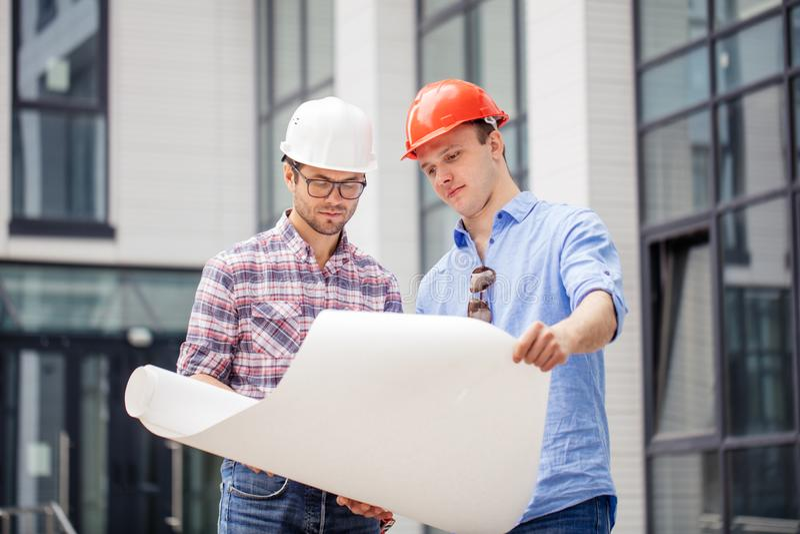 Due architetti stanno elaborando un business plan fotografia stock
