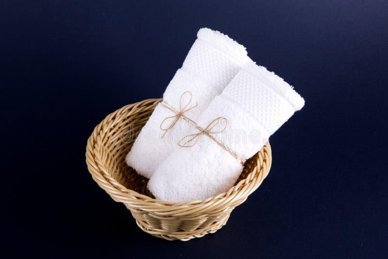 Due asciugamani bianchi hanno rotolato in un rotolo immagini stock libere da diritti