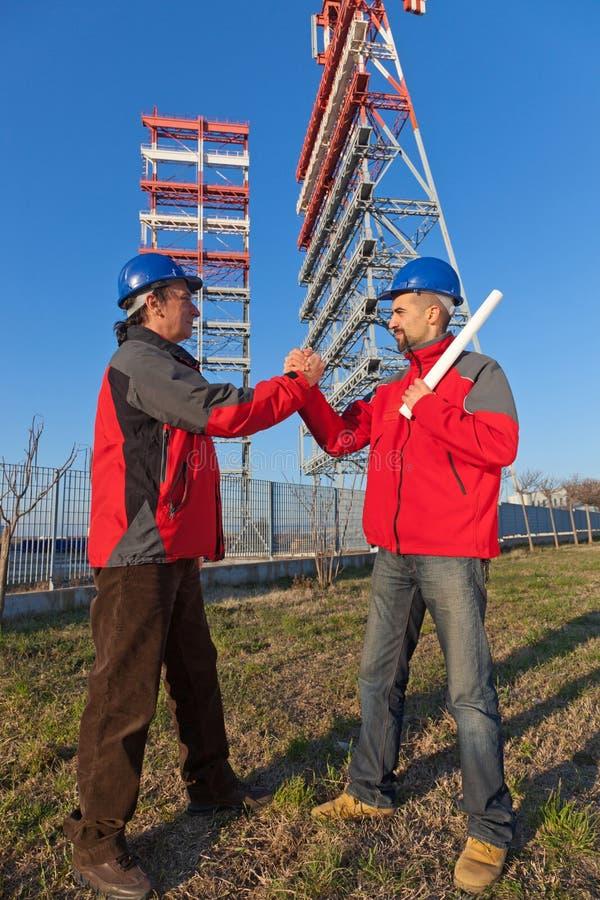Due assistenti tecnici sul lavoro immagine stock libera da diritti