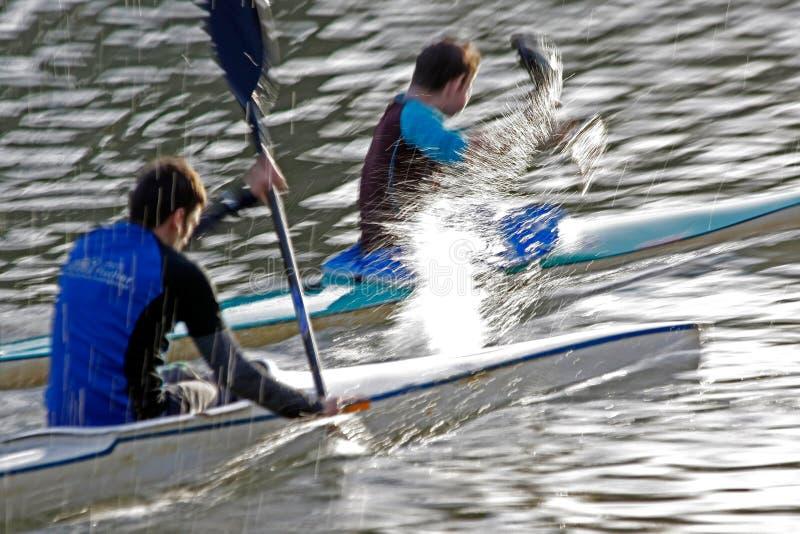 Due atleti del kajak, sportivi sul fiume di begum ad addestramento, in articolo sportivo fotografie stock