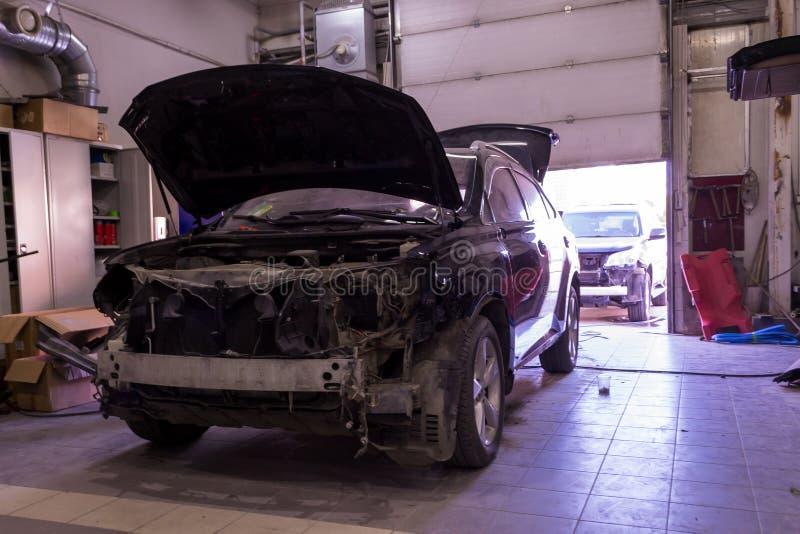 Due automobili rotte sulla coda nella riparazione del corpo dopo un serio fotografia stock libera da diritti