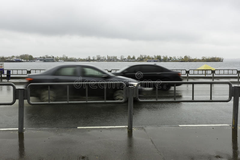 Due automobili sulla passeggiata fotografia stock