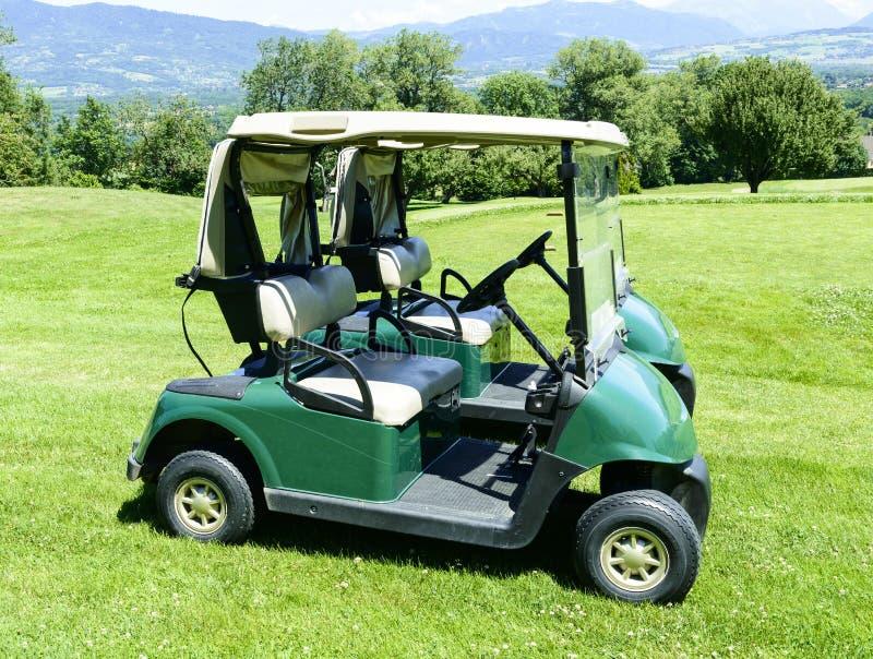 Due automobili verdi di golf fotografia stock libera da diritti