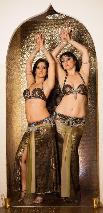Due ballerini di pancia che preformano in scena fotografia stock