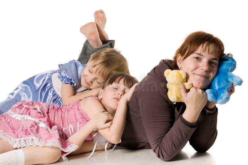 Due bambine che dormono sulla mummia immagini stock