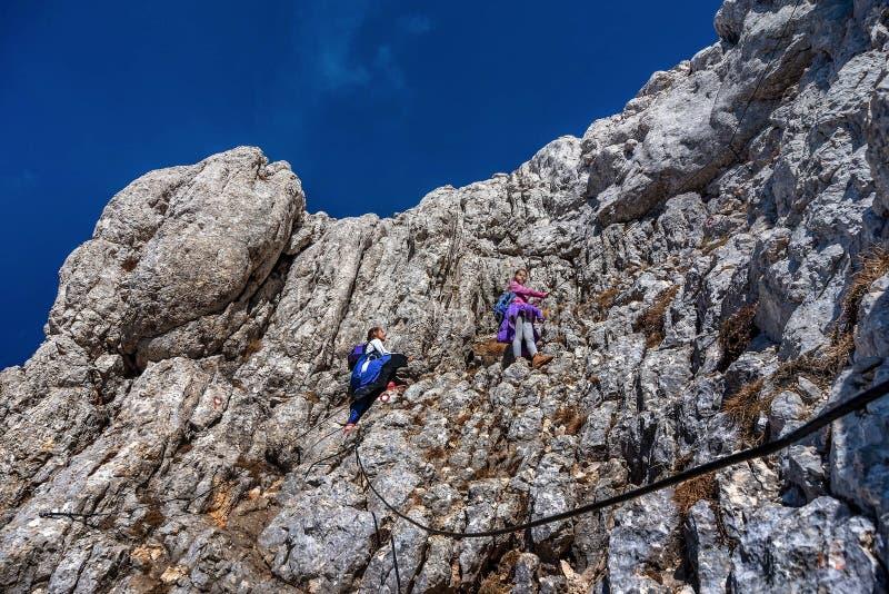 Due bambine che fanno un'escursione sulle montagne in parco nazionale Durmit fotografie stock