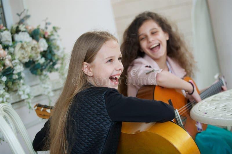 Due bambine incantanti con le chitarre immagine stock libera da diritti