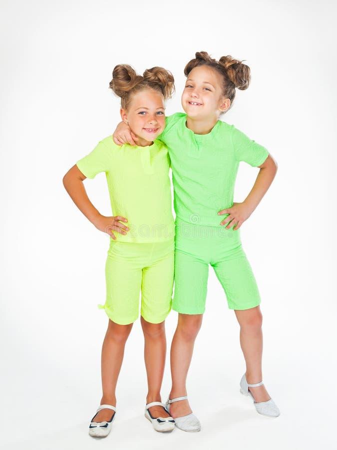 Due bambine in simile abito operato fotografia stock