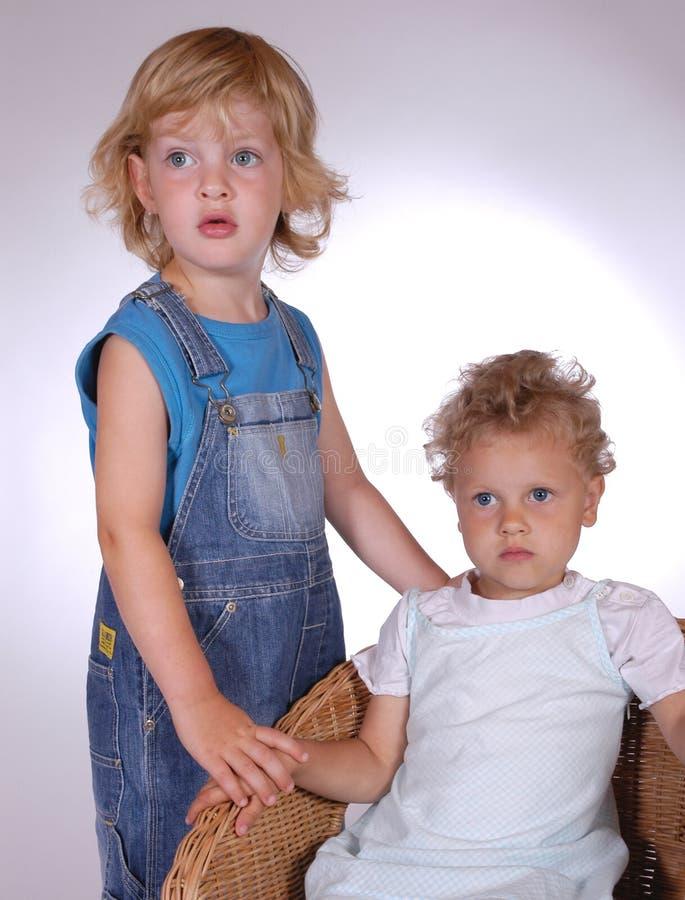 Download Due bambini immagine stock. Immagine di grande, casuale - 205381