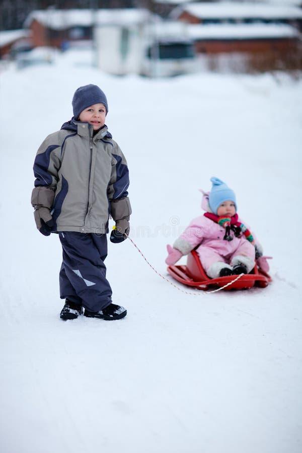 Due bambini all'aperto il giorno di inverno fotografia stock