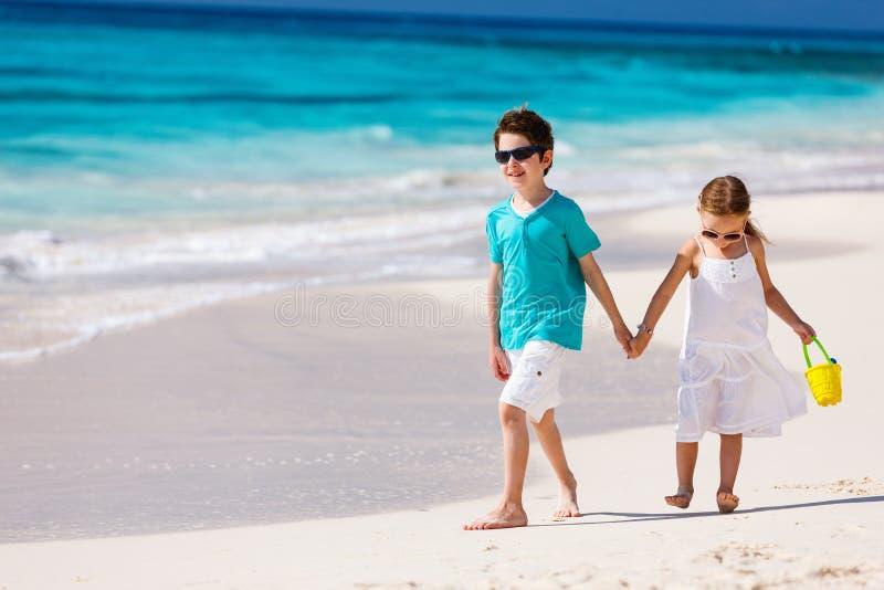 Due bambini alla spiaggia immagine stock