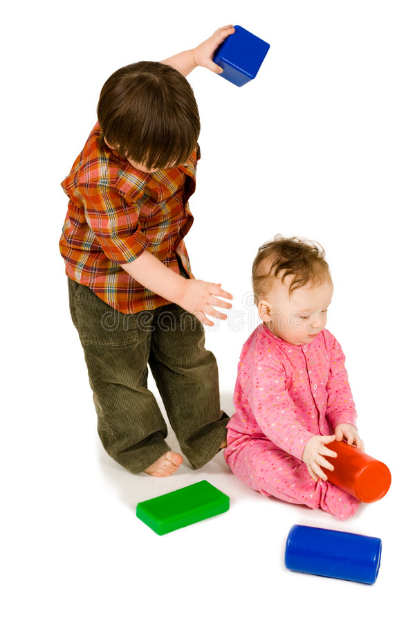 Due bambini che giocano i blocchetti del colorfull fotografia stock libera da diritti