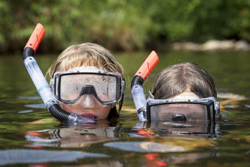 Due bambini che giocano nell'acqua fotografie stock