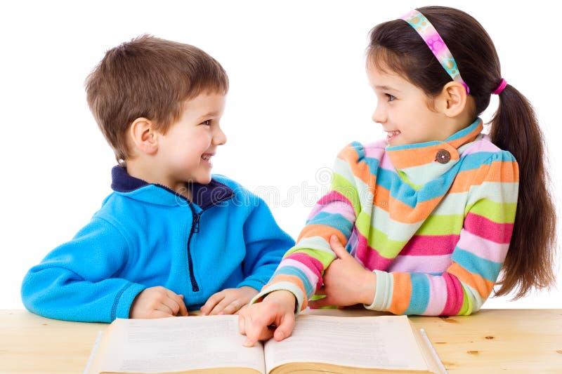 Due bambini che leggono il libro fotografia stock