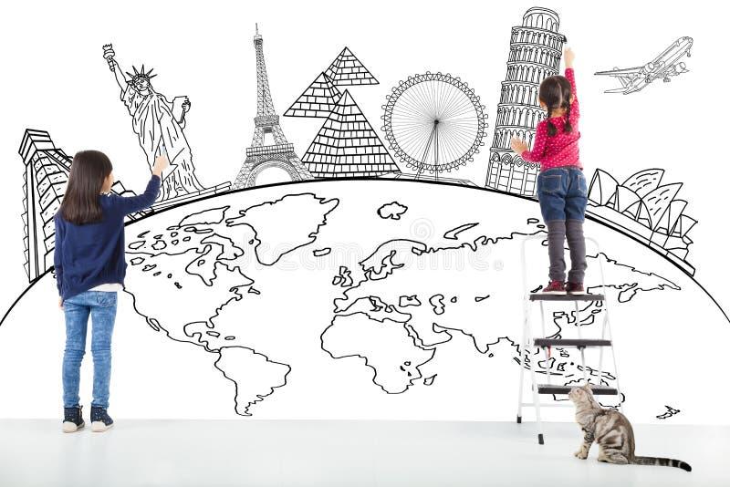 Due bambini della ragazza che estraggono mappa globale e punto di riferimento famoso fotografie stock