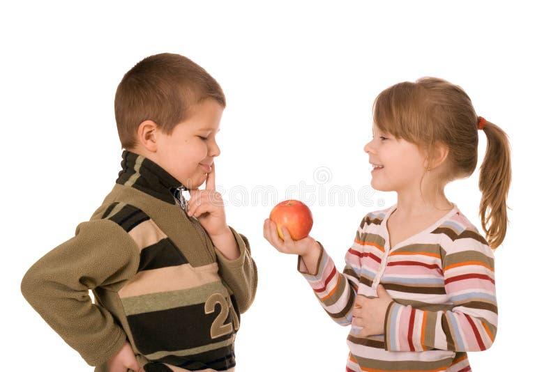 Due bambini e una mela immagini stock