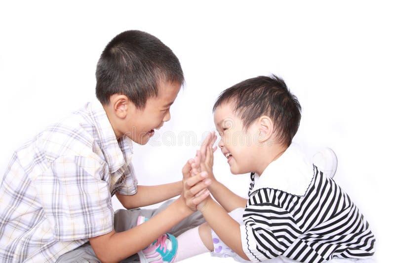 Due bambini felici immagine stock