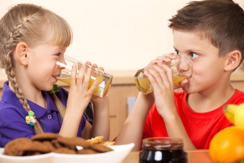 Due bambini felici fotografie stock libere da diritti