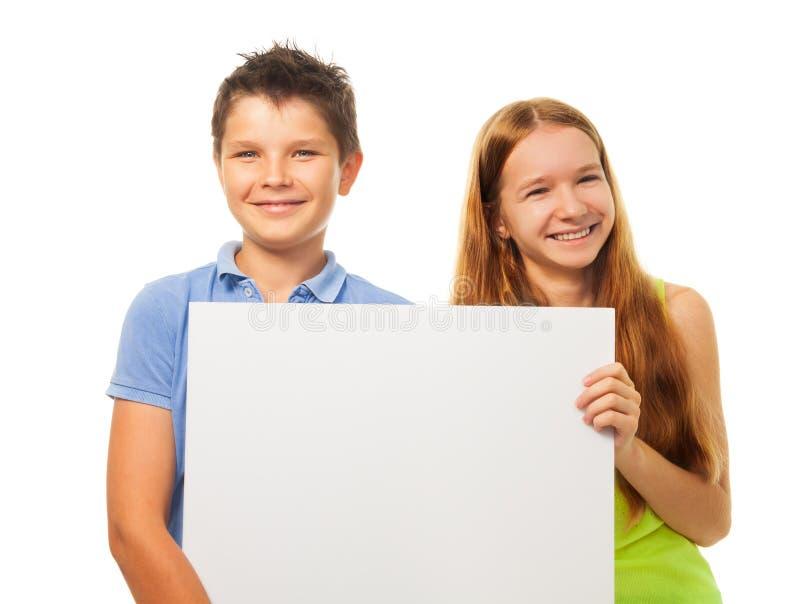 Due bambini felici con il segno fotografie stock libere da diritti