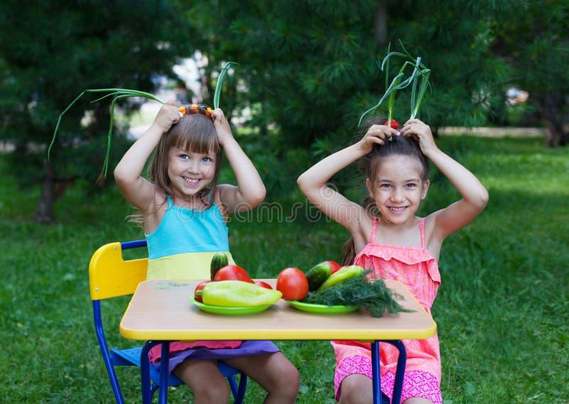 Due bambini felici dei bambini delle ragazze che indossano bella tenuta dei vestiti immagine stock libera da diritti