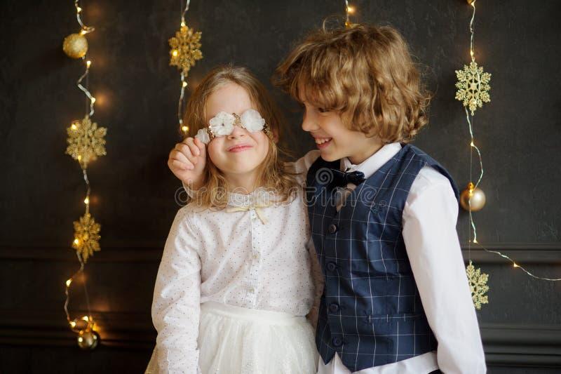 Due bambini festivo vestiti fotografati per la cartolina di Natale fotografia stock