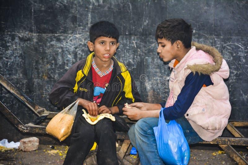 Due bambini poveri senza tetto immagini stock