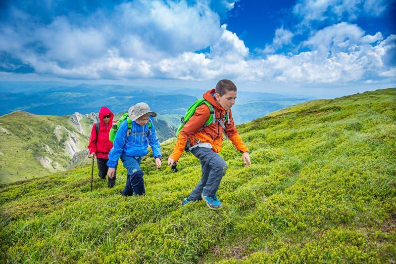 Due bambini stanno facendo un'escursione immagine stock libera da diritti
