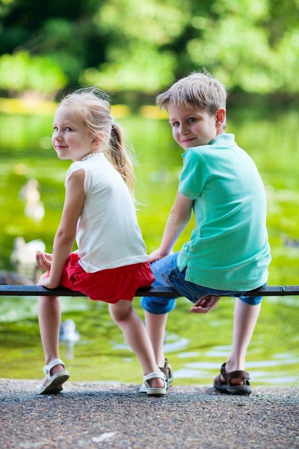 Due bambini in un parco immagine stock