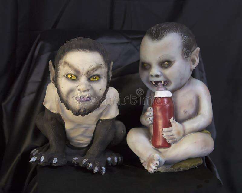 Due bambini uno del mostro che bevono una bottiglia in pieno di sangue fotografia stock