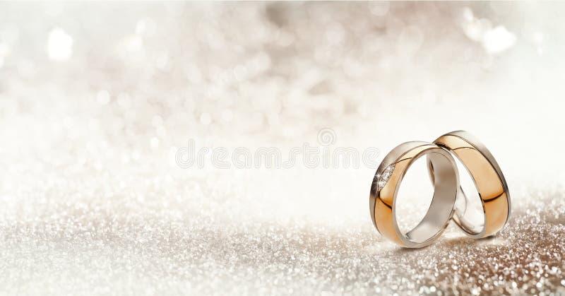 Due bande di nozze dell'oro su scintillio strutturato immagine stock libera da diritti