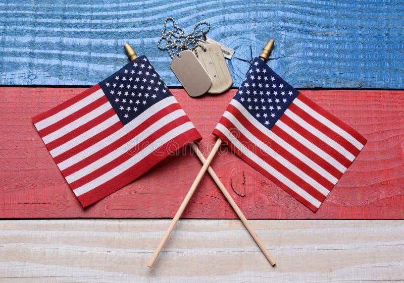Due bandiere e medagliette per cani sulla Tabella patriottica fotografia stock
