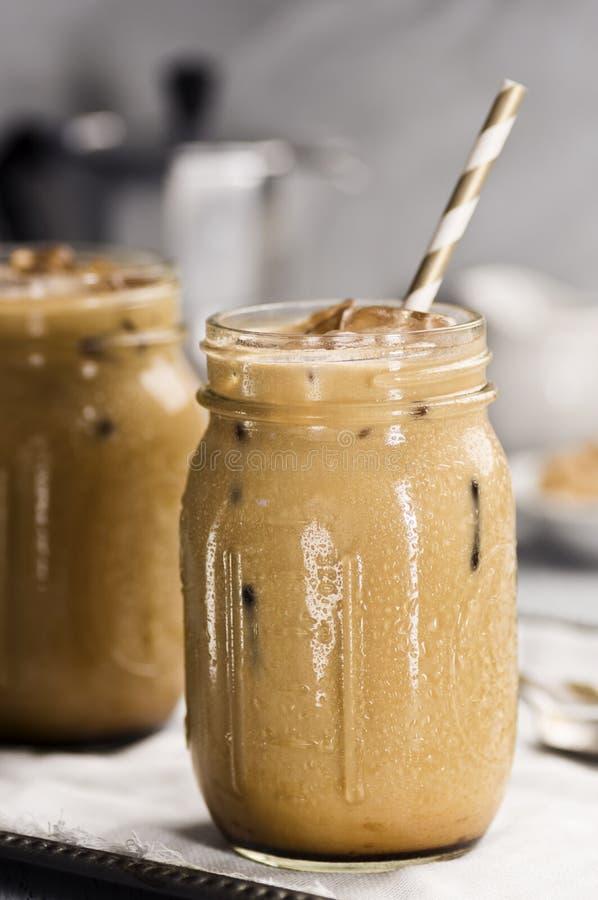 Due barattoli di vetro con caffè ghiacciato con latte fotografie stock libere da diritti