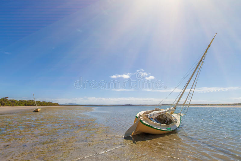 Due barche hanno attraccato sulla sabbia alla spiaggia di Sandy Point, Australia fotografia stock libera da diritti