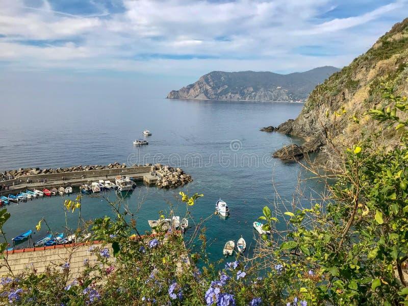 Due barche nel mare oltre il molo di Vernazza, Cinque Terre, I immagini stock libere da diritti