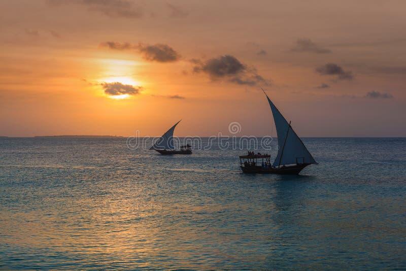 Due barche a vela al tramonto fotografia stock