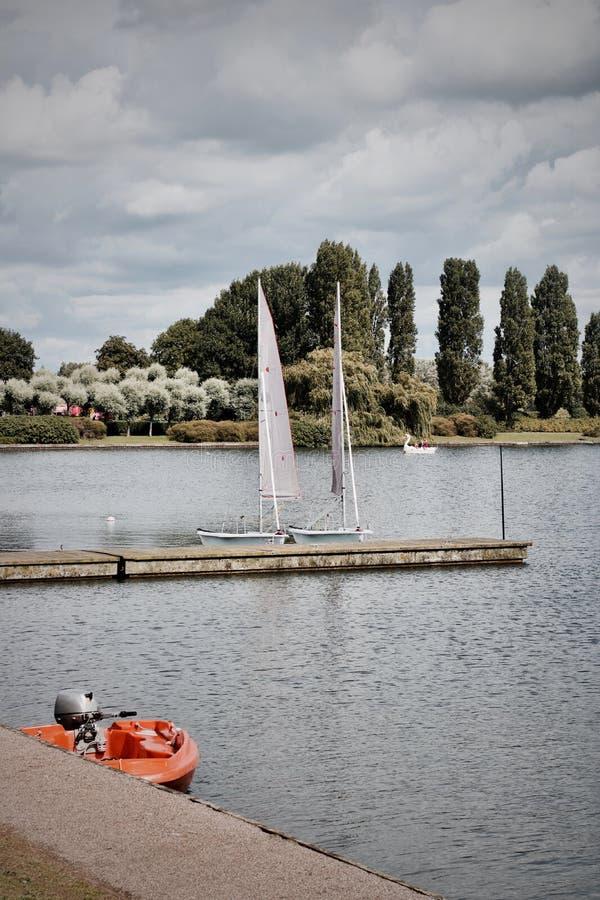 Due barche a vela si avvicinano al pilastro fotografia stock