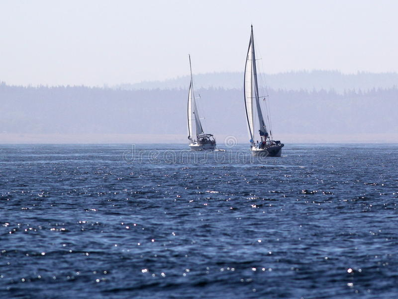 Due barche a vela su acqua blu profonda fotografie stock