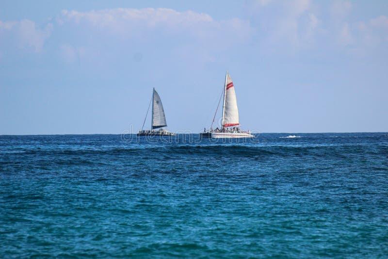 Due barche a vela sull'orizzonte fotografia stock