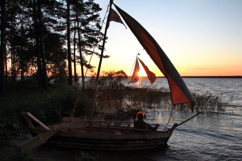 Due barche a vela due barche a vela vicino alla costa del pino del lago fotografia stock