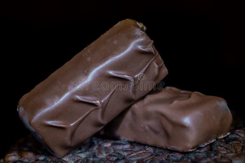 Due barre di cioccolato su un fondo scuro fotografie stock